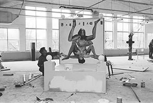 Werk van Rob Scholte in de expositie- en atelierruimte De Fabriek, een door kunstenaars gekraakt pand in Eindhoven begin jaren tachtig. foto Peter Cox.