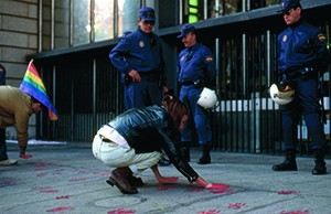 De regeringskritische actie The Ministry has blood on its hands op 1 december 1995 in Madrid. foto Andrés Senra