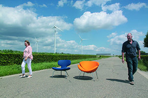 Monique Beaumont en René van Holten met de stoelen Libel en de Orange Slice. foto Zuiderlucht