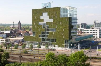 De groene gevel van het stadskantoor aan de Einhovenseweg. foto's Ton Desar/gemeente Venlo