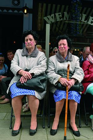 Tweeling bij café The Wembly. foto Paul Koenen