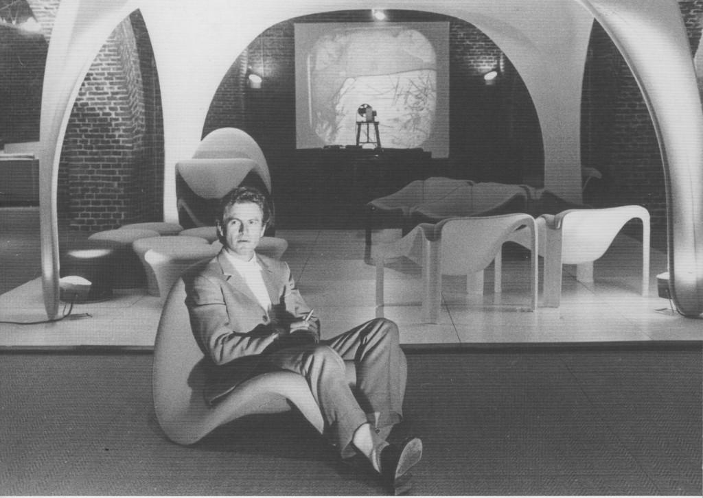 Pierre Paulin op een van zijn ontwerpen in de Artifort-kelders in Maastricht, ergens in de jaren zestig.
