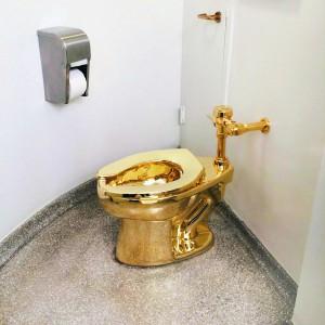 """""""Het kan haast niet anders of Maurizio Cattelan, die uit onvrede over de absurditeiten in het eigentijdse kunstbedrijf in het New Yorkse Guggenheim een gouden toiletpot voor de bezoekers liet installeren, heeft leentjebuur gespeeld bij More."""""""