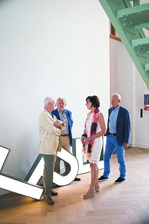 Alphons Tonino, Gert Beijer, Marie-Ellen Dingen en Hans van Luijk (vlnr) van ART 21 bij een werk van Jonathan van Doornum. foto Ruben Reehorst